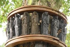 Tuinwijk-Eisden-Heiligenbeelden-rond-boom