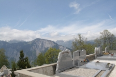 Alpe-dHuez-079-Kerkhof-met-berglandschap