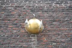Sint-Truiden-288-Vogels-op-gouden-bol-in-muur-van-Minderbroedersklooster