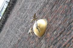 Sint-Truiden-292-Vogels-op-gouden-bol-in-muur-van-Minderbroedersklooster