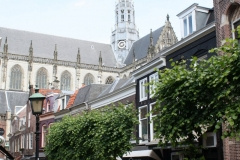 Haarlem-Warmoesstraat-met-zicht-op-Bakenesserkerk