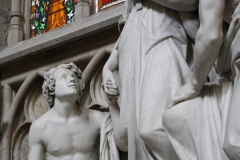 St.-Michielskathedraal-Mariabeeld-met-twee-mannen-2