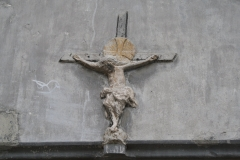 Sint-Truiden-082-Kruisbeeld-in-muur-Sint-Gangulfuskerk