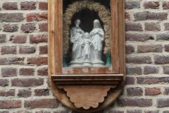 Sint-Truiden-038-Beeld-H-Familie-in-muurnis
