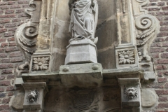 Sint-Truiden-162-Heiligenbeeld-in-muurnis