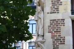 Sint-Truiden-314-Beeld-van-bisschop-in-buitenmuur